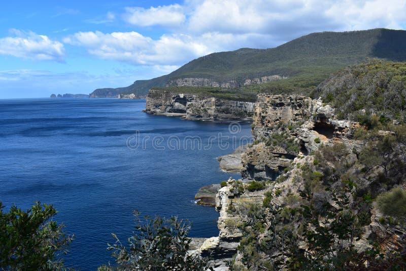 Landschaft von blauem Meer und von Bergen in Tasmanien, Australien stockbilder