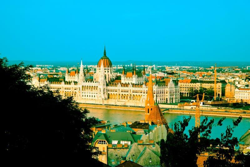 Landschaft von Budapest mit dem Parlament stockfotos