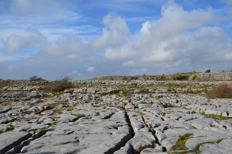 Landschaft von Burren mit blauen bewölkten Himmeln stockfotos