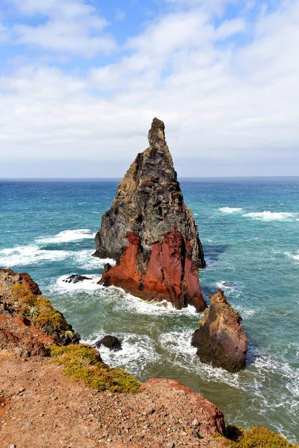 Landschaft von den Felsen abgefressen durch das Meer lizenzfreies stockbild