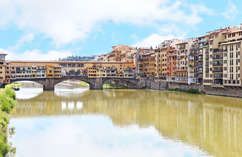 Landschaft von der Arno-Fluss und von Brücke Florenz Ponte Vecchio oder von Firenze-Stadt Italien lizenzfreies stockfoto