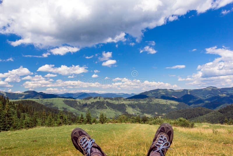 Landschaft von, die Karpaten-Bergen mit den Beinen heraus haften und Himmel ist lizenzfreie stockfotos
