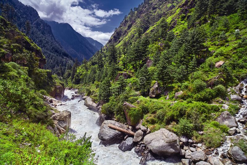 Landschaft von einem Gebirgsfluss mit traditioneller Natur von Kullu V lizenzfreies stockfoto