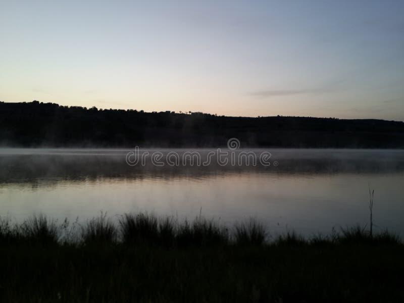Landschaft von einem See Vor Sonnenaufgang stockbilder