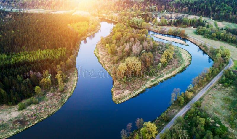 Landschaft von Fluss bei Sonnenuntergang, von der Luft lizenzfreie stockbilder