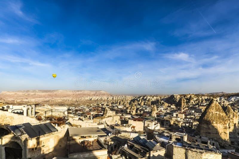 Landschaft von Häusern und von feenhaften Kaminen bei Cappadocia stockbilder