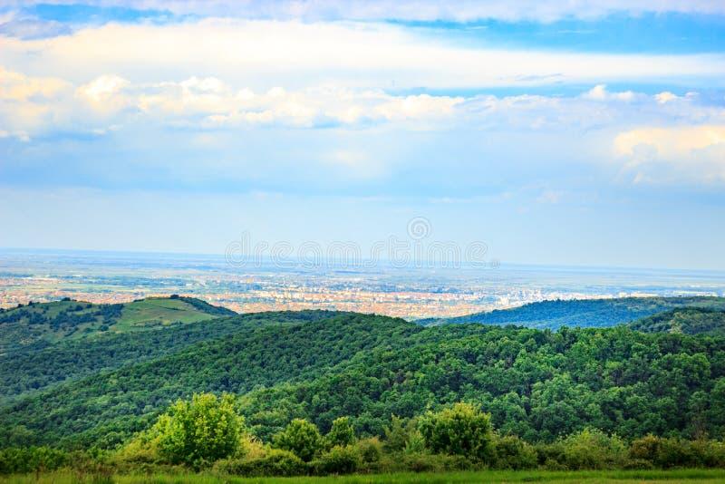 Landschaft von Hügeln in Serbien stockbilder