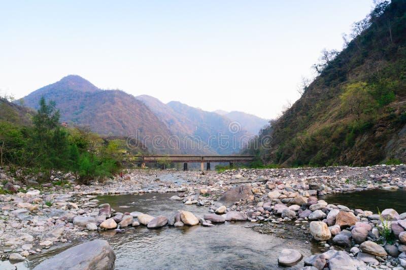Landschaft von Haridwar-rishikesh mit Bergen und kleinem Fluss stockfotos