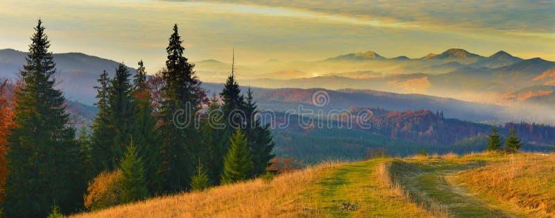 Landschaft von Herbstbergen bei Sonnenaufgang stockbild