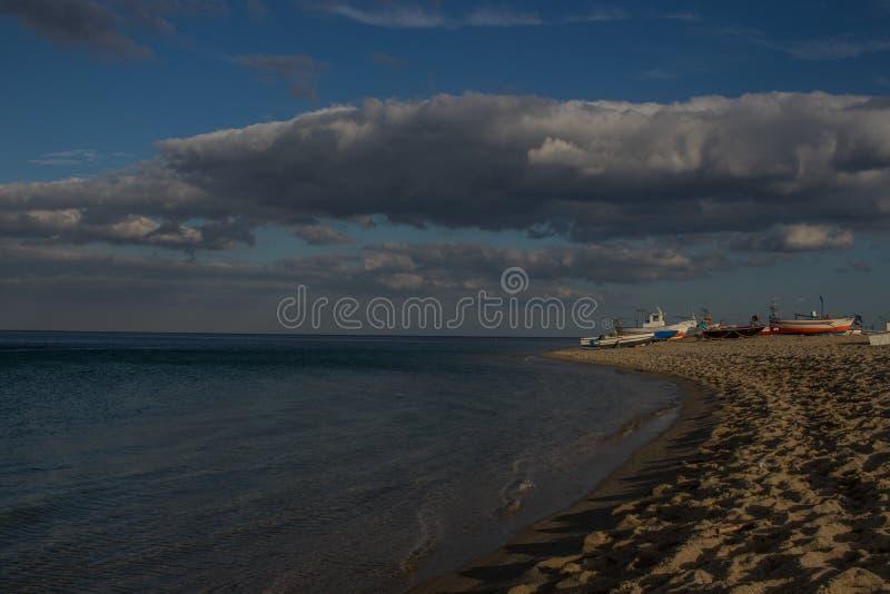 Landschaft von italienischem Meer Fishermans-Boote auf dem Strand Blauer bewölkter Himmel bei Sonnenuntergang lizenzfreie stockfotos