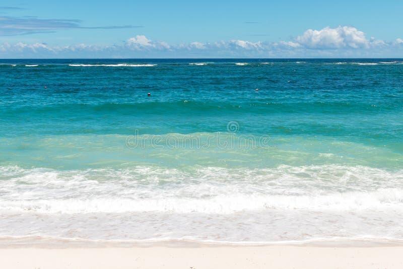 Landschaft von klarem blauem Ozean und von schönem Himmel am sonnigen Tag Bali-Insel Tropischer Strand stockfoto