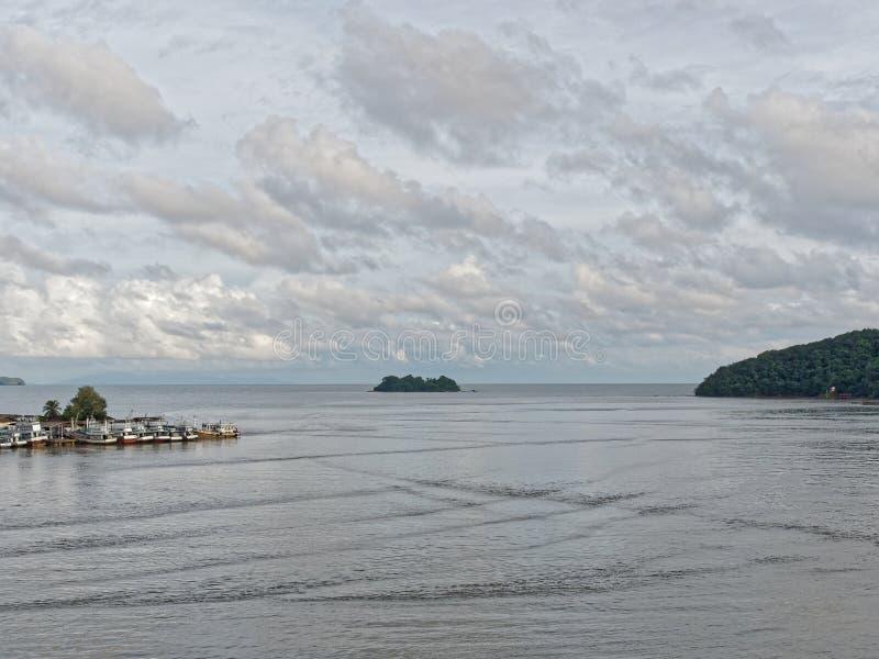 Landschaft von Leam Sing-Mündung oder -Flussmündung mit kleinem Pier und Boot für lokale Fischerei und Berg im Hintergrund lizenzfreies stockfoto
