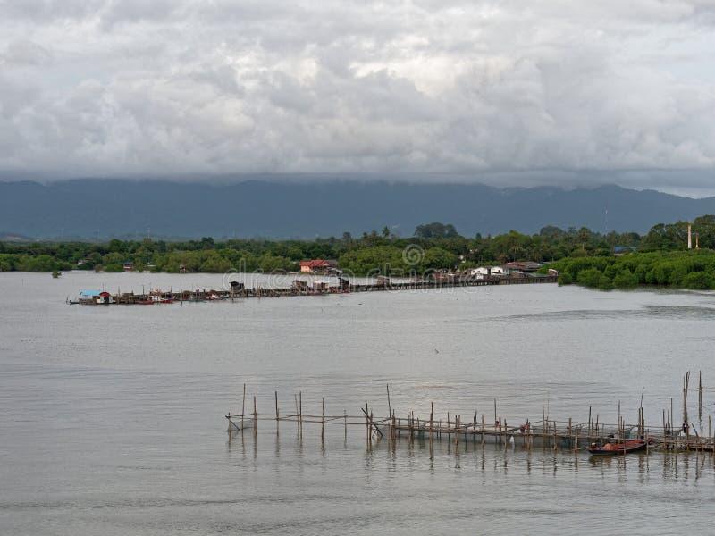 Landschaft von Leam Sing-Mündung oder -Flussmündung mit kleinem Pier und Boot für lokale Fischerei und Berg im Hintergrund stockbild