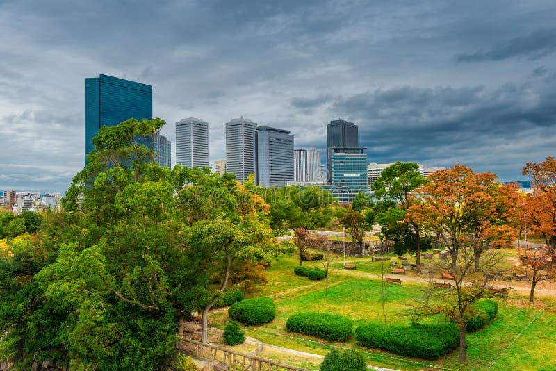 Landschaft von Osaka-Stadt mit modernen Gebäuden und Park, Japan, Tageszeit, Herbst lizenzfreie stockbilder