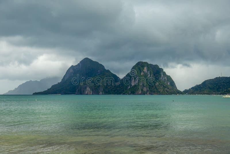 Landschaft von Palawan, EL Nido Ozean- und Felseninseln im Hintergrund Bewölkter stürmischer Himmel nach taifun philippinen stockfotografie