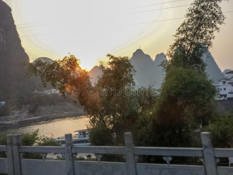 Landschaft von Pearl River mit Hügeln in Guilin Guangxi China stockfotos