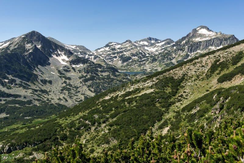 Landschaft von Popovo See, Sivrya, Dzhangal und Kamenitsa ragt in Pirin-Berg, Bulgarien empor stockbild