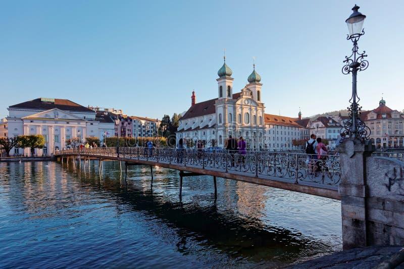 Landschaft von Rathaussteg-Brücke über Reuss-Fluss in der alten Stadtluzerne stockbilder
