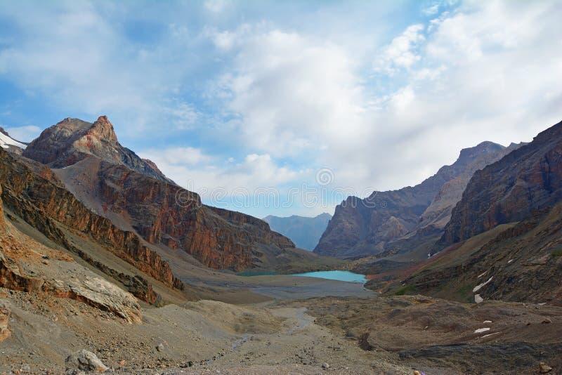Landschaft von schönen hohen felsigen Fanbergen und -see auf Tadschikistan stockfotos
