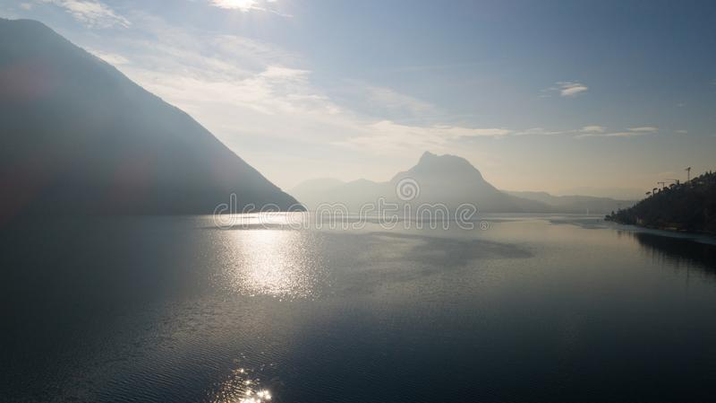 Landschaft von See Lugano, Nebel lizenzfreie stockfotos