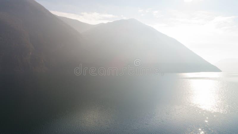 Landschaft von See Lugano, Nebel lizenzfreie stockbilder