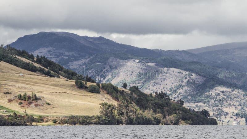 Landschaft von See mit Bergen stockbild
