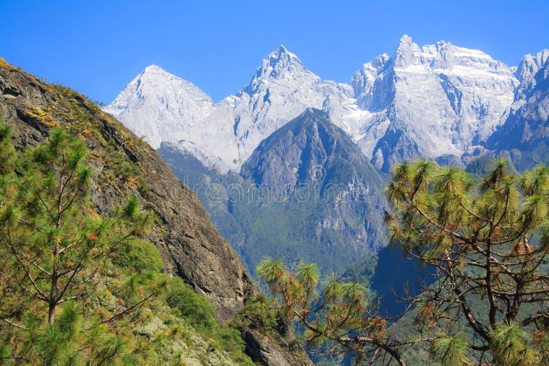 Landschaft von Tiger Leaping Gorge lizenzfreies stockbild