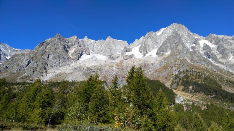 Landschaft von Val Ferret, im Mt Blanc-Gebirgsmassiv, Gipfel von Gra stockfotografie