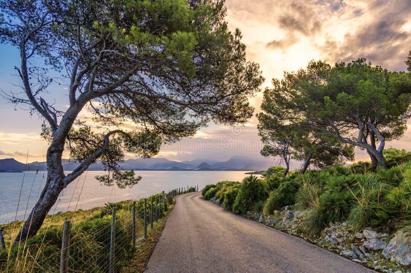 Landschaft von wunderschöner Straße mit wunderschöner Aussicht auf Sonnenuntergang Meer stockfotografie
