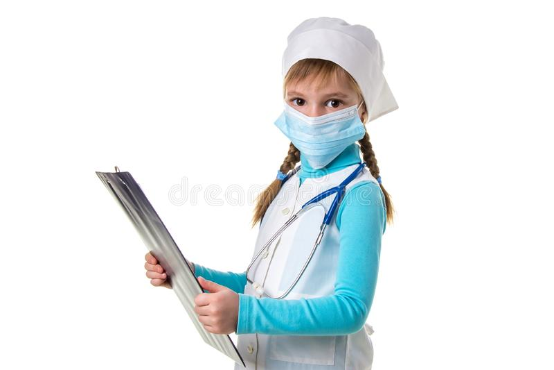 Landschaft weiblichen Arztes oder Krankenschwester mit Stethoskop und Maske schreiben eine Anmerkung in Notizbuch gegen weißen Hi lizenzfreie stockfotos