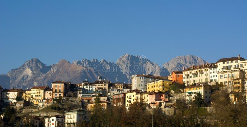 Landschaften der Stadt von Belluno, mit der Schiara-Gruppe im Hintergrund lizenzfreies stockfoto