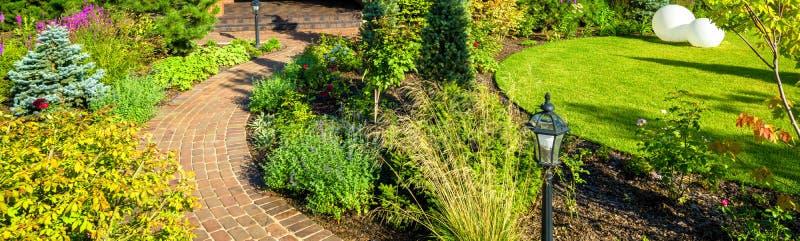 Landschaften im schönen grünen Garten im Sommer Panoramasicht auf die Landschaft des Wohnhauses lizenzfreies stockfoto