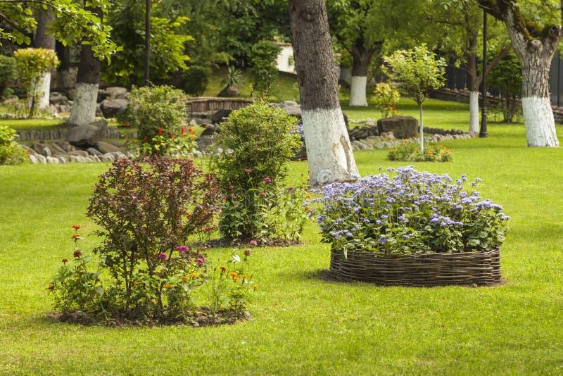 Landschaftlich verschönerter Blumengarten stockfotografie