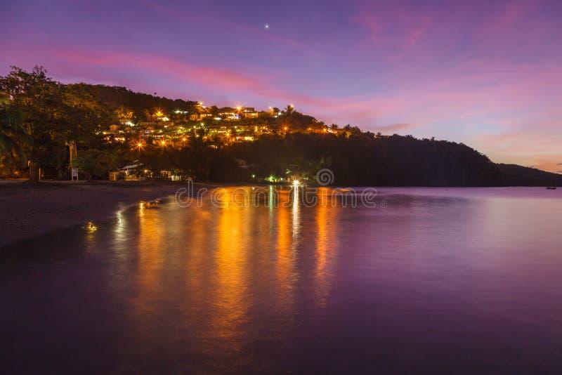Landschaftlicher Blick auf den Strand von Anse a l'Ane und ruhige Bucht bei farbenfroher Abenddämmerung mit friedlichem karibisch lizenzfreie stockfotografie