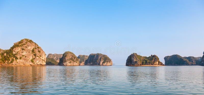 Landschafts-Panorama langer Bucht ha in Nord-Vietnam lizenzfreies stockbild