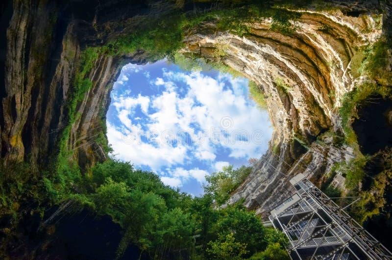 Landschaftsansicht der tiefen natürlichen Felsenhöhle lizenzfreie stockfotografie