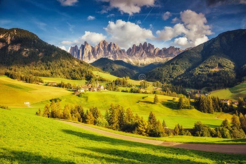 Landschaftsansicht des Funes-Tal St. Magdalena stockbild