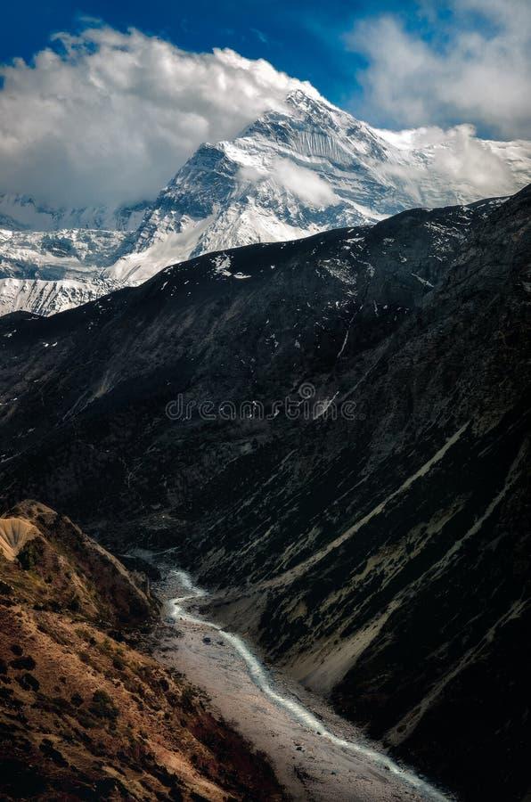 Landschaftsansicht des Gebirgstales, -spitzen und -flusses im Himalaja, Nepal stockfotos