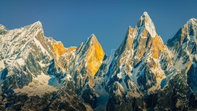 Landschaftsansicht des Gebirgszugs und der Spitzen beleuchtet durch goldenes Sonnenlicht, Himalaja, Nepal stockfoto