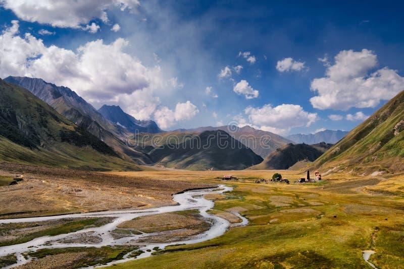 Landschaftsansicht des Kaukasus, des Flusses und der Steinhäuser und des Flusses stockbild