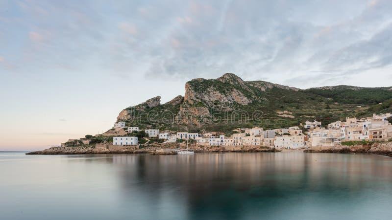 Landschaftsansicht des Seestapels von Levanzo stockfotos