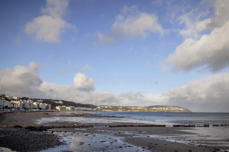 Landschaftsansicht des Strandes und der Küstenlinie in Isle of Man stockbilder