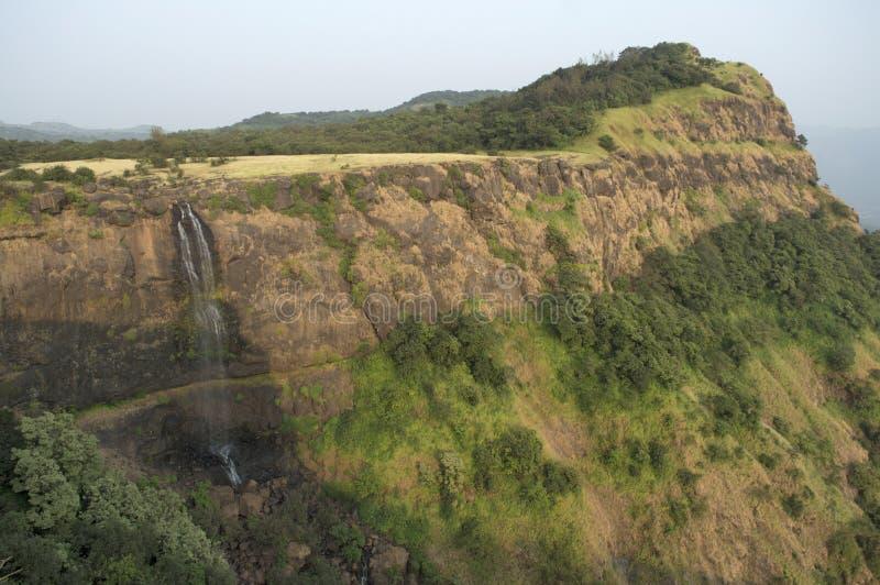 Landschaftsansicht eines Wasserfalls und des Berges nahe gemachtem Ghats, Pune-Maharashtra lizenzfreie stockfotos