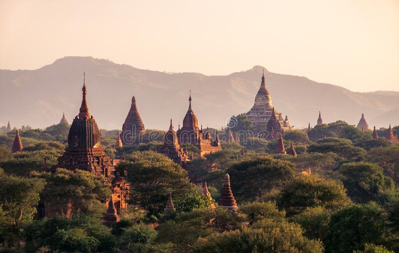 Landschaftsansicht von alten Tempeln bei buntem goldenem Sonnenuntergang, Bagan, Myanmar stockbild