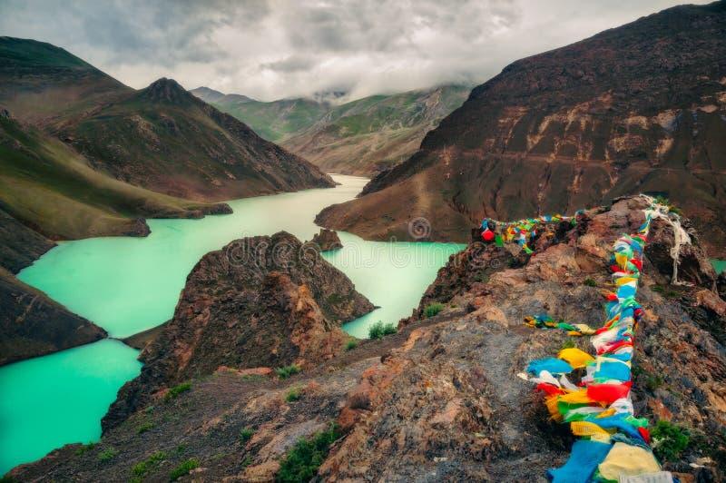 Landschaftsansicht von Gebirgs-, Schlucht- und Türkissee, Tibet lizenzfreie stockbilder