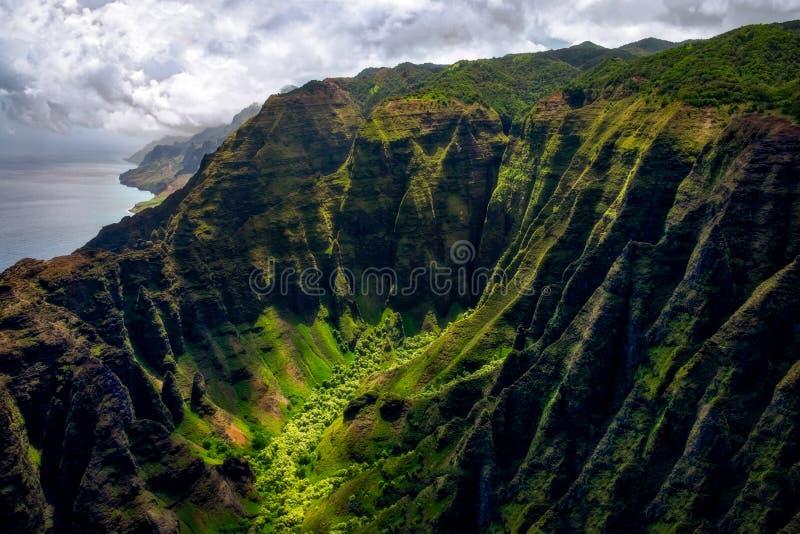 Landschaftsansicht von Küstenlinienklippen Na Pali in der drastischen Art, Kauai, Hawaii stockfoto
