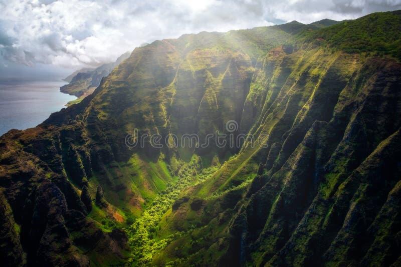 Landschaftsansicht von Küstenlinienklippen Na Pali mit Sonnenlichtglühen, Kauai, Hawaii lizenzfreies stockfoto