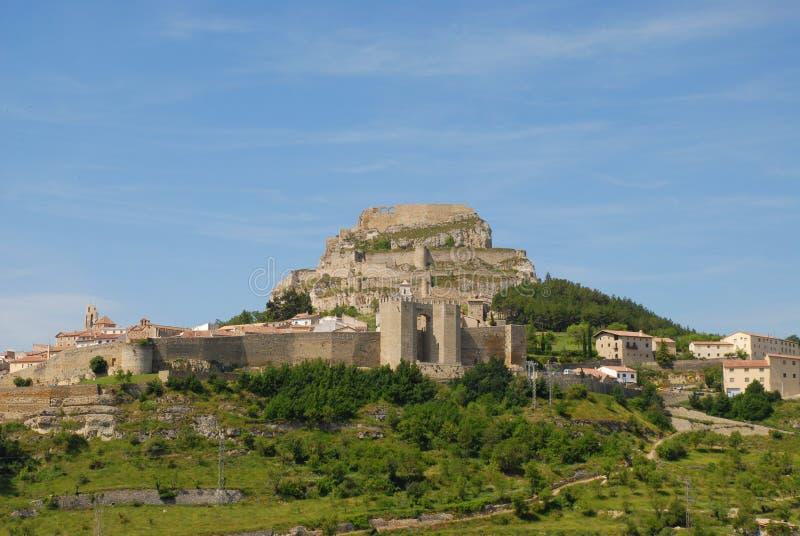Landschaftsansicht von Morella, eine alte ummauerte Stadt auf eine Bergkuppe lizenzfreie stockfotografie