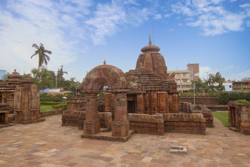 Landschaftsansicht von Mukteshvara-Tempel mit blauem Himmel hindische Tempel der des 10. Jahrhunderts, der Shiva eingeweiht wurde stockfoto