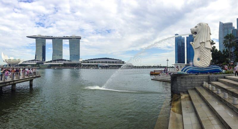 Landschaftsansicht von Singapur mit Marina Bay Sands und Merlions-Park im Hintergrund stockfotografie